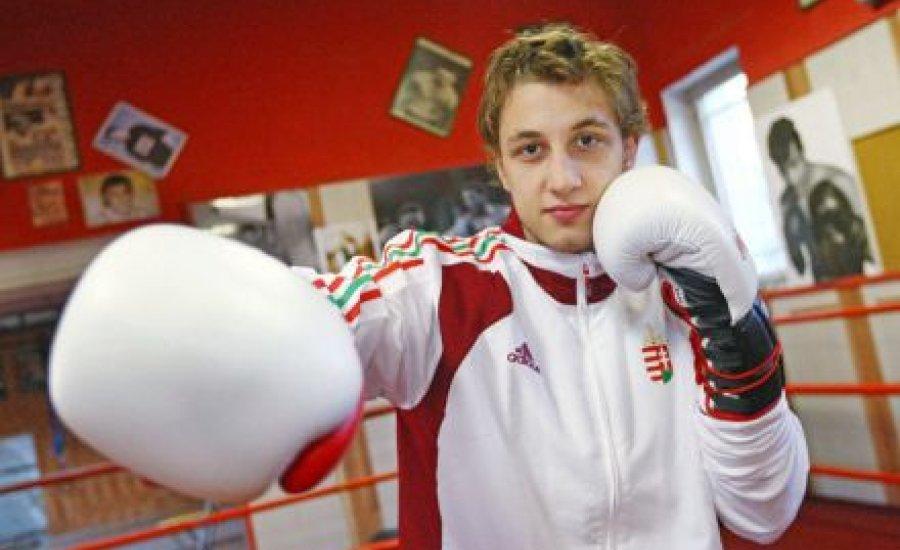 Lennox Lewis óvja a lányoktól a bokszbajnokot