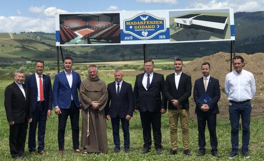 Erdélyben letették a magyar állami támogatással épülő bokszközpont alapkövét