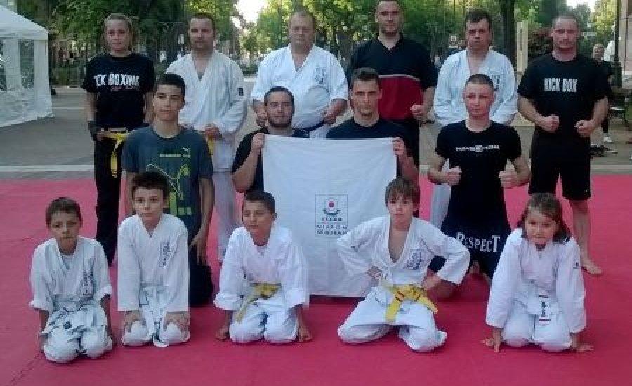 Harcművészek Békéscsaba főterén