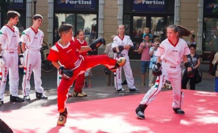 Kick-box válogatottak a főtéren Békéscsabán