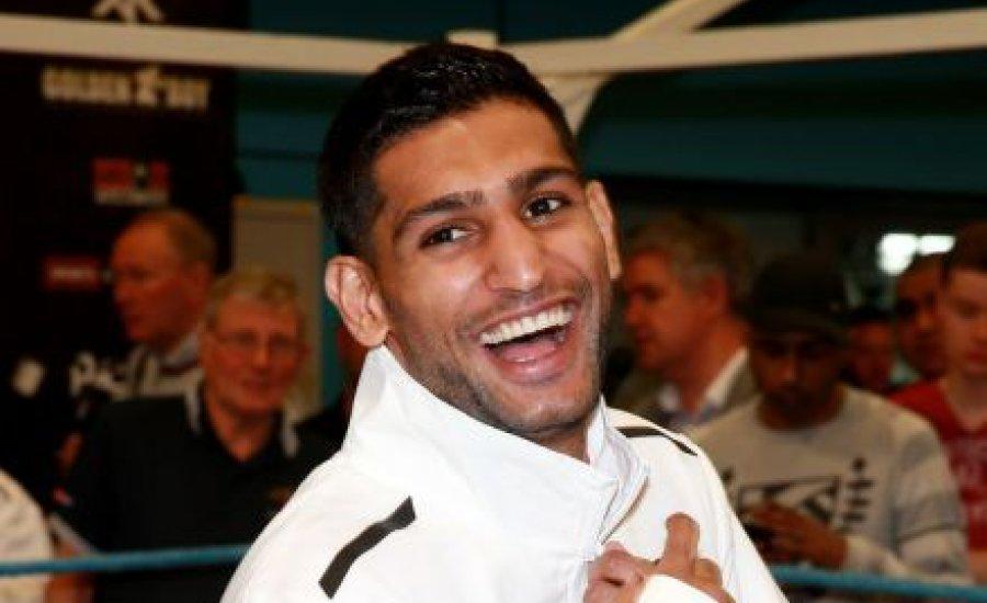 Mégis Mayweather előtt bokszol Amir Khan
